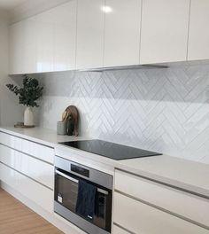 Open Plan Kitchen Living Room, Kitchen Room Design, Home Decor Kitchen, Kitchen Interior, Home Kitchens, White Gloss Kitchen, Classic White Kitchen, Modern Kitchen Tiles, Modern Kitchen Design