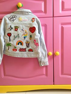 7d2466a3a44 DIY  Kleding pimpen met strijkplaatjes   DIY Jeans jacket with patches