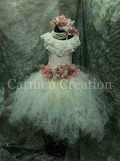 He encontrado este interesante anuncio de Etsy en https://www.etsy.com/es/listing/170798221/vintage-flower-girl-dress-victorian
