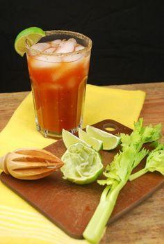 Bloody Mary Ingredientes: 2 cucharaditas de jugo de limón por trago 4 onzas de jugo de tomate 3 onzas de vodka 2 ó 3 gotas de salsa inglesa 2 ó 3 gotas de tabasco Medida de anisette 3 medidas de vodka Hielo en Cubitos http://www.cocinaland.com/31-cocteles-para-despedir-el-ano/