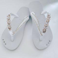 Aquele branco super estiloso 😍😍😍 Vendas através do direct ou Whatsapp 13.99784.2913😘 Flip Flops, Shoes, Instagram, Fashion, White Flip Flops, Embroidered Hats, Decorated Flip Flops, Birth, The Beach