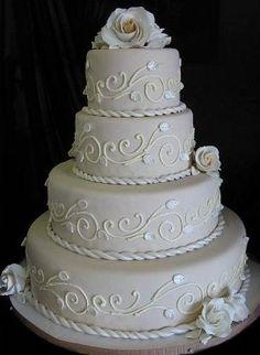 Torta de boda con filigranas y rosas blancas