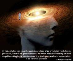 In het omhulsel van zuiver bewustzijn ontstaan onze ervaringen van lichaam, gedachtes, emoties en gebeurtenissen. De meest directe benadering om elke mogelijke uitdaging te transformeren is je thuis gaan voelen in het omhulsel. In de kern van je wezen. ~Marco van Delft