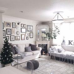 k.home1224さんの、カルテル ルイゴースト,IKEA,マントルピース,ソファ,モノトーンインテリア,クリスマスツリー,ファー,グレー好き,クッション,北欧,絵画,冬支度,IGやってます,海外インテリア好き,部屋全体,のお部屋写真