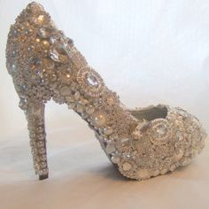 .Oh, I would love to cover an old shoe with bling and leave it out for all to ooh and aahhh over!