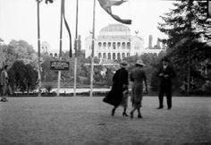 În Parcul Carol I, 1935. Pe locul Palatului Artelor de pe fundal se găseşte azi mausoleul comunist.  Source: Willy Praghe