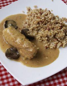 Roladki z kurczaka z szynką parmeńską w obłędnym sosie z suszonych grzybów. Do tego kasza pęczak podsmażana z boczkiem i cebulką. Składniki:( na 2 osoby) 1 pierś z kurczaka 2 plastry szynki parmeńskiej sól, pieprz odrobina mąki Sos grzybowy: 4 suszone grzyby (najlepiej podgrzybki albo prawdzi