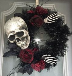 skull-themed-halloween-wreath
