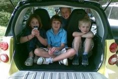 Seis juegos infalibles para viajar con niños en coche  Sumar con las matrículas de los vehículos o jugar al 'veo veo' son dos actividades divertidas y educativas con las que entretener a los críos durante un viaje en automóvil