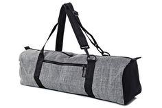 Ce sac de Yoga est « né » par nécessité... J'ai commencé à prendre des cours d'yoga il y a plusieurs années et avait du mal à mon vélo avec un grand tapis de Yoga en remorque. L'ordinaire Croix corps nylon sacs juste n'a pas sentir ; le tapis se déplaçait d'un côté à l'autre et de la corde fine a été couper dans mes épaules.  Donc, je m'assis et me suis cousu un sac. J'ai essayé de garder les choses simples ; un grand compartiment principal grande assez pour le tapis et une serviette ou mon…