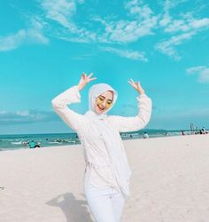 Beach Photography Poses, Beach Poses, Ootd Poses, Hijab Fashion Summer, Beautiful Beach Pictures, Creative Fashion Photography, Hijab Collection, Beach Ootd, Hijab Fashionista