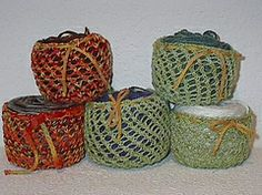 Very clever idea! Use scrap fingering yarn to make cozies for your center-pull yarn balls. Pattern on Ravelry. Knitting Needle Case, Knitting Needles, Knitting Socks, Fingering Yarn, Yarn Ball, Sock Yarn, Knitting Patterns, Decorative Boxes, Bows