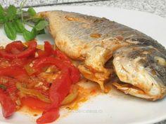 Doradă în sos de roşii cu ardei Fish Recipes, Turkey, Meat, Chicken, Cooking, Food, Party, Fine Dining, Kitchen