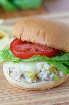 Crisp muffins, creamy tuna salad and bubbly melted cheese on top. Fun Easy Recipes, Lunch Recipes, Seafood Recipes, Quick Snacks, Quick Easy Meals, Tuna Dishes, Tuna Melt Recipe, Tuna Melts, Bacon Pasta