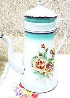 Ancienne cafetière émaillée grand modèle aux décors de fleurs...
