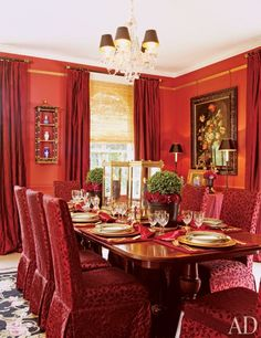 When designing the Colchester, England, home of portrait painter Richard Stone and his wife, Rhonda, interior designer Adele McGann was drawn to strong colors that would complement the couple's extensive art collection.