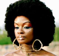 Fun tribal makeup and rockin Afro African Tribal Makeup, African Beauty, African Women, Cara Tribal, African Face Paint, Tribal Face Paints, Tribal Paint, Ethno Style, Pelo Natural