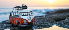 Kim est une artiste qui aime la photo et les voyages. Elle les réunit avec talent au sein de beaux clichés qui mettent en scène des véhicules miniatures.