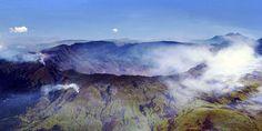 Tambora. Foto: Jialiang Gao (peace-on-earth.org) / via Wikimedia Commons. Modder- en lavastromen, een dikke laag as, brand: vulkanen kunnen het leven compleet ontregelen en zelfs beëindigen. Onze geschiedenis telt daar voldoende voorbeelden van, zo blijkt wel als we in de databases die de wetenschap door de jaren heen heeft aangelegd, zoeken naar de dodelijke vulkaanuitbarstingen van de laatste 2000 jaar.