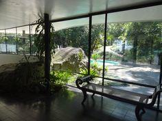 extraordinary view to the pool and front garden The Home of a Legend-Casa das Canoas by Oscar Niemeyer in Rio de Janeiro homesthetics (1)