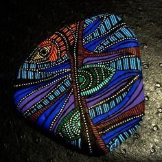 86, brique polie par la mer avec petites incrustations de cailloux peinte à l'acrylique multicolore