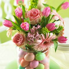 Create a spring bouquet in a smaller jar (pch.apo jam) and place it in a larger clear vase. In the vacuum created will decorate the Easter eggs ...