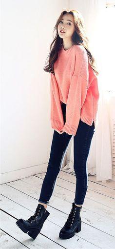 Tricô rosa, calça skinny azul marinha, ankle boot preta
