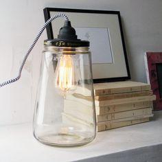 """Très+jolie+petite+lampe+fabriquée+à+partir+d'un+pot+en+verre+de+""""pickle""""+recyclé. *+Dimensions:+hauteur+du+pot+=+25cm;+longueur+du+fil+:+2m *+prise+française+ou+anglaise *+fil+noir+et+blanc+ou+rouge+et+blanc Vous+pouvez+l'utiliser+avec+une+ampoule+ronde+classique+ou+avec+une+ampoule+plus+graphique+à+filament.+Vous+pouvez+également+mettre+quelque+chose+tout+au+fond+du+pot+! Cette+lampe+est+aussi+disponible+en+version+suspension+pour+le+plafond.+Voir+notre+rayon+luminaire."""