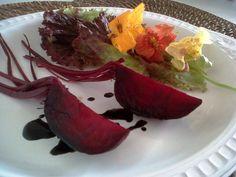 Essa saladadeliciosa e fácil de fazeré uma receita de Sylvia Bergamo para o viva50. Ingredientes: -Mix de folhas orgânicas, 2...