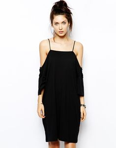 Pin for Later: Der heißeste Ausschnitt, den ihr bis jetzt vielleicht noch nicht getragen habt Cheap Monday Off-the-Shoulder Kleid Cheap Monday Off Shoulder Dress ($48)