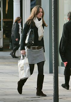 January Kate Middleton shopping in central London. Looks Kate Middleton, Kate Middleton Outfits, Pippa Middleton, Looks Style, My Style, Traje Casual, Pantyhosed Legs, Kate And Pippa, Princesa Kate