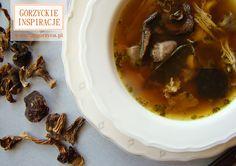 Jesienna zupa pełna leśnych grzybów z kurczakiem i sercami drobiowymi. Można ją podawać z drobnym makaronem http://zmgorzyca.pl/index.php/pl/kulinarny/zupy/369-zupa-grzybowa-6