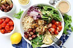 Bol de Bouddha Grec avec tofu Grec et une sauce Tahini-Citron. C'est juste tellement parfait… La combinaison de la sauce de tahini, le tofu mariné dans une marinade grecque puis cuit au four, des olives, oignons rouges, coeurs d'artichauts marinés, des tomates cerise rôties, de l'aragula et épinard, avec le riz, c'est juste magique!!!!! ...Read More »