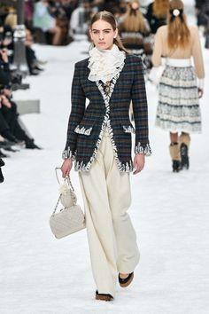 Chanel Fall 2019 Ready-to-Wear Fashion Show - Vogue Fashion Week, Fashion 2020, Fashion Outfits, Womens Fashion, Fashion Trends, Paris Fashion, Fall Collection, Fashion Show Collection, Dress Collection