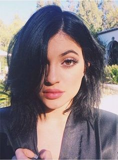 We're used to Kylie Jenner showing off hair makeovers in the form of crazy colors, but a pixie cut? She'll look like her mom Kris Jenner! Kylie Jenner 2014, Kylie Jenner Instagram, Kylie Jenner Black Hair, Estilo Kylie Jenner, Kylie Jenner Style, Kylie Jeener, Kardashian Jenner, Selfies, Jenner Girls