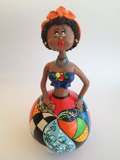 Boneca em Cabaça com Lenço Laranja pindada e modelada a mão pela artista plástica Vera Smorigo.