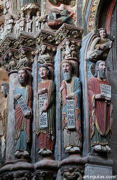 Pórtico del Paraíso Ourense instrumentos musicales: Estatuas de cuatro profetas del Antiguo Testamento