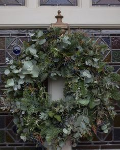 For me, our door wreath is just as important as our Christmas tree. And I love making one each year. On Friday, I was lucky to be invited… Christmas Wreaths For Front Door, Xmas Wreaths, Winter Wreaths, Natural Christmas, Outdoor Christmas, Christmas Christmas, Simple Christmas, Bunting, Christmas Tree Drawing