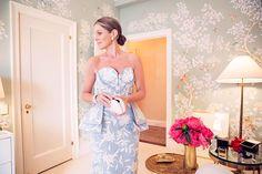 Com papel de parede floral super feminino, o closet de Aerin Lauder é um sonho de consumo!