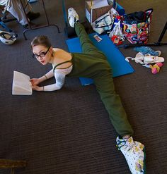 Boston Ballet dancer Kelsey Hellebuyck before class, reading and stretching. Flexibility Dance, Gymnastics Flexibility, Gymnastics Poses, Gymnastics Videos, Flexibility Workout, Ballet Class, Ballet Dancers, Boston Ballet School, Dance Poses