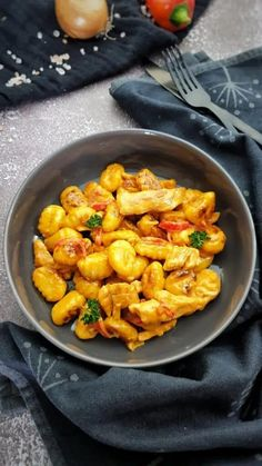 Paprika-Sahne-Hähnchen mit Gnocchi | Lydiasfoodblog Macaroni And Cheese, Zucchini, Recipies, Curry, Low Carb, Food And Drink, Veggies, Pasta, Meat