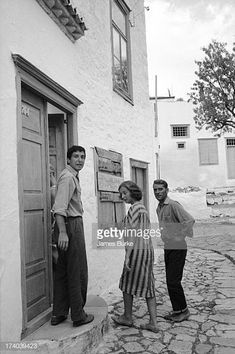 Canadian poet author and musician Leonard Cohen looks over his shoulder as he opens a door for unidentified others Hydra Greece October 1960 Cohen. Leonard Cohen, Adam Cohen, Dalai Lama, Einstein, Order Of Canada, Blue Raincoat, The Old Days, Life Magazine, Historical Photos