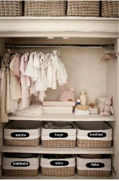 Ninguém quer ficar procurando uma fralda, um body ou um cobertor às 3h da manhã, por isso organizar o quarto do bebê antes de sua chegada é essencial. Vejo o espaço que tem disponível e organize de…