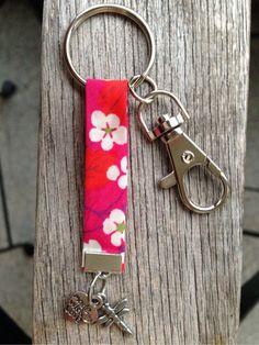 Porte clés en ruban biais LIBERTY et breloques libellule et cœur : Porte clés par eve-et-la-pomme