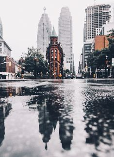 This picture is breathtaking! New York is such a destination for tourists but also a beautiful city. This picture would be awesome with the raindrop! Definitely wanting to take more pictures like this. City Aesthetic, Aesthetic Photo, Aesthetic Pictures, Travel Aesthetic, Aesthetic Japan, Aesthetic Vintage, Images Esthétiques, Magic Places, Voyage New York