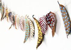 Olá, pessoal! Chegou o outonoe eu trouxe uma ideia bem bacana de artesanato para deixar a casa no clima da nova estação. É um varal com folhas secas pintadas, rústico, original e charmoso. Tudo bem que aqui no Brasil as estações do ano não são tão demarcadas, mas eu adoro elementos decorativos sazonais. Uma graça, …