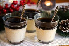 Panna cotta er en populær dessert som er utrolig enkel å lage. Det fine med denne desserten er dessuten at den gjerne kan lages klar dagen i forveien, så trenger du ikke å tenke på den en gang den dagen du får gjester. Desserten kan bare hentes rett ut av kjøleskapet! Jeg har her smaksatt vaniljepuddingen med litt kanel. I tillegg har jeg dekket med gelé laget av gløgg. Dette blir en nydelig juledessert!