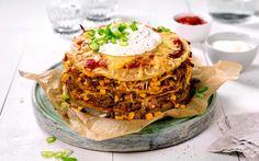 Alle elsker taco og i kombinasjon med pannekaker blir dette pannekaketårnet en sikker vinner rundt middagsbordet. Pannekakerøren er superenkel å lage, men en morsom meksikansk vri til slutt.