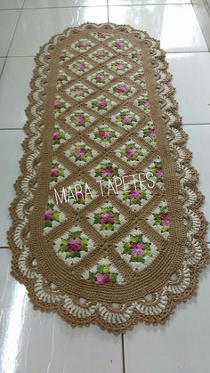 Discover thousands of images about Tapetes. This is a serious, class act rug like you might see in a fancy interior decorator magazine. Crochet Squares, Crochet Granny, Crochet Blanket Patterns, Crochet Motif, Crochet Baby, Crochet Carpet, Crochet Dollies, Crochet Table Runner, Crochet Home Decor