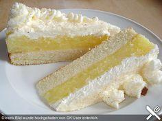 Schwedische Apfeltorte  1  Tortenboden 4 große Äpfel, geraspelt 1 Tasse/n Zucker 1/2 Tasse/n Wasser 2  Ei(er) 2 Pck. Vanillesaucenpulver 50 g Butter 1  Zitrone(n), (nur den Saft) 1 Becher Schlagsahne   Schokoladenraspel